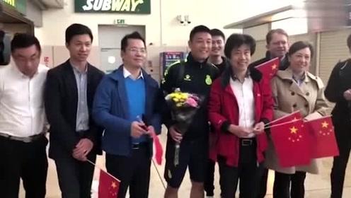 球迷递国旗求签名 武磊:这上面不能签