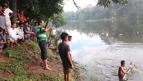 野外河中钓几十斤的大鱼,引来一堆人围观