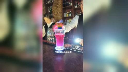 饮品师制作一款夏日里清凉可口的冰镇果汁饮品