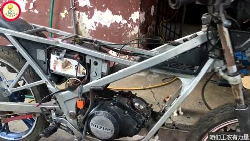 只剩下一副车架跟半个发动机的铃木摩托车,修复后是二冲程的没错