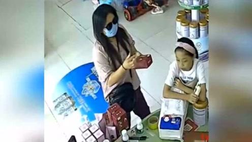 这女子胆子真大,和老板搭讪假装买东西,转身偷走俩手机!