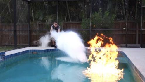 """小伙将乙醚倒入水,点燃一瞬间太狠了!差点将泳池""""煮熟""""!"""