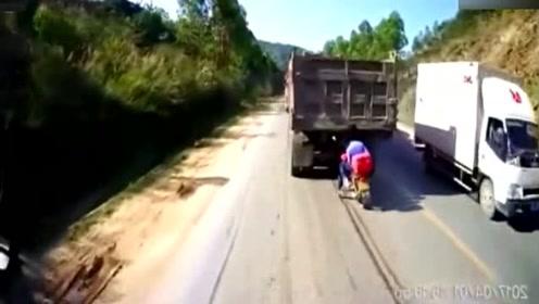 大货车突然刹车,摩托车小伙反应已经来不及了