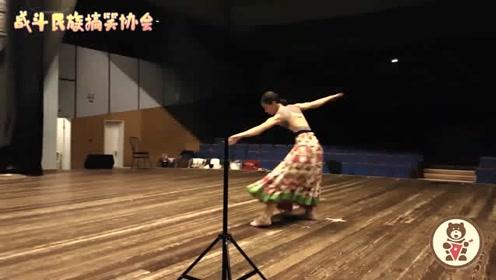 俄罗斯的传统民族服饰原来长这样 女孩穿着跳芭蕾 画面真唯美