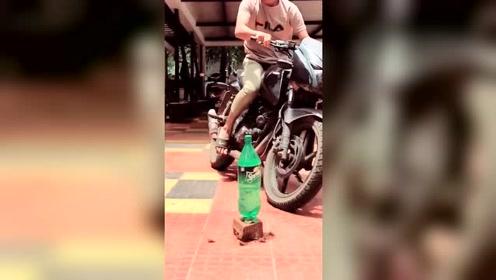 外国一小伙骑摩托真是厉害,开雪碧瓶盖