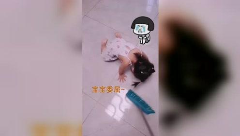 小女孩撒娇跪地哭泣表情收放自如,妈妈扫地爬起扫完继续哭