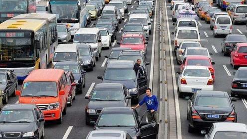 日本人均汽车占比0.55辆,美国人均0.81辆车,我国有多少