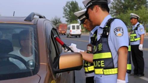 70岁老人开车上路被拦下,交警看到驾驶证上5个大字,立即上报