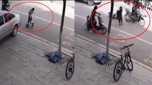男童马路上骑平衡车2次和死神擦肩 摔倒后滑到路中间险遭碾压