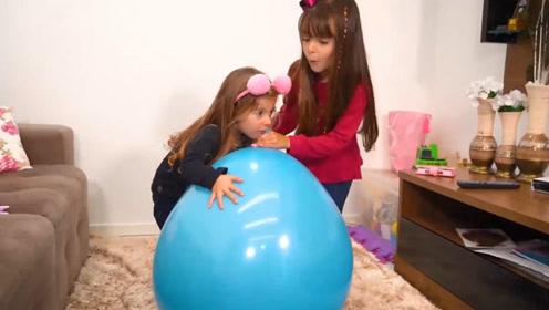萌娃小可爱们把气球吹得这么大要做什么呢?是要吓唬妈妈吗?