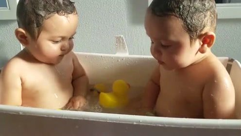双胞胎小宝宝第一次一起洗澡,兴奋的不行,接下来的举动太有趣了