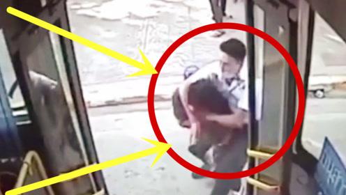 猥琐男调戏女售票员,霸气公交司机搂起袖子就上,下一秒太解气!