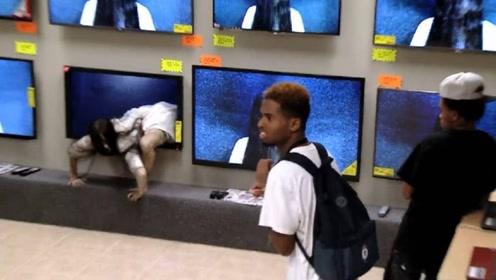 小伙作死恶作剧,扮成贞子从电视机里爬出来,现场失控!