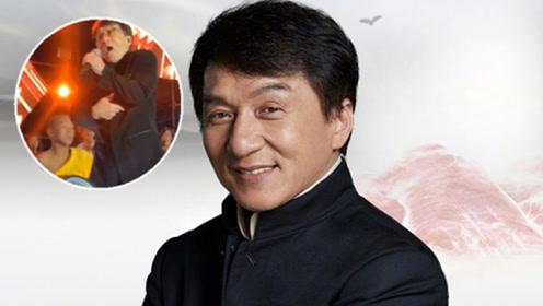 成龙北京演出遭遇小意外 被伴舞小武僧不小心飞踹超淡定