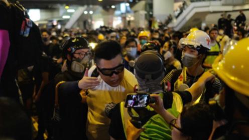 可笑!香港暴徒被同伙怀疑 爆头殴打致头破血流 大叫:自己人啊