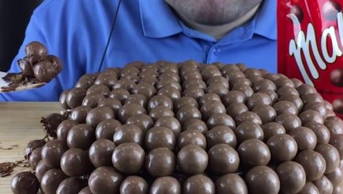 这主播太强了,200颗的巧克力球蛋糕全吃光,难怪长到200斤