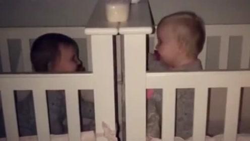 双胞胎小宝宝半夜不睡觉,面对面看着对方笑:什么都隔不开我们!