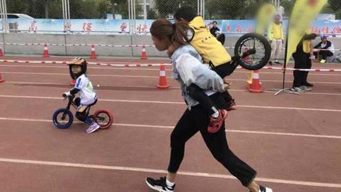 孩子发烧想放弃比赛,妈背娃扛车跑过终点