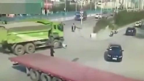 男子与货车抢道,结果被货车无情的碾压