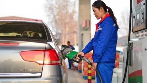 为啥汽车油箱有的在左有的在右,有什么区别?车主:后悔知道晚了
