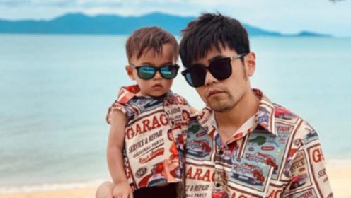 周杰伦晒与儿子小小周合影 父子装上阵戴墨镜齐扮酷