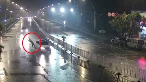 行人横穿马路被撞飞 交警:司机行人同等责任