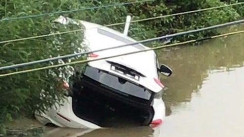 珠海百万玛莎拉蒂提车3小时后冲进鱼塘 车内有3男1女