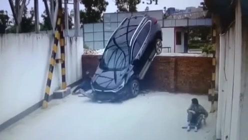 好险!本田CRV不看路,差点压到睡在墙边的工人!