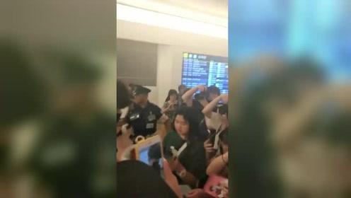 李现现身日本被接机粉丝围堵 经纪人吓到转身反应很呆萌