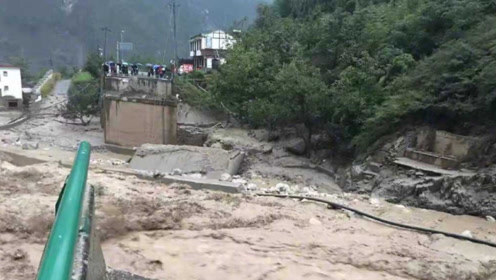 四川汶川突发泥石流 多地交通阻断