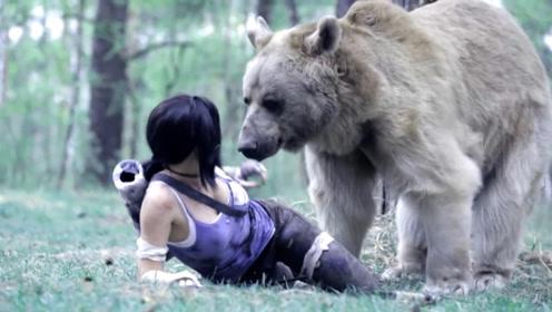 女子拿着弓箭射棕熊,棕熊过来直接扑倒,看到结果大家都笑了