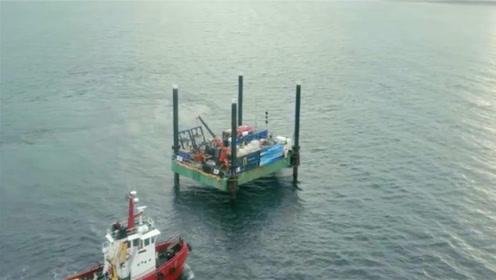 在很深的大海中铺设电缆,为保证安全,科学家们想到了好办法
