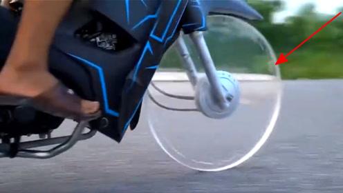 越南小伙用透明塑料板做摩托轮胎,油门拧到底后,霸气开始了!