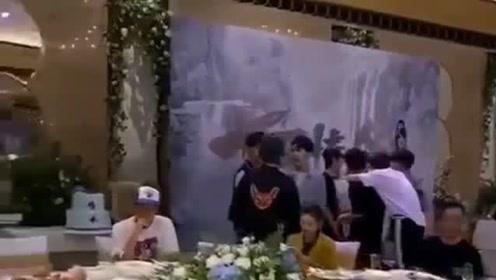 陈情令庆功宴内场曝光 王一博肖战被围绕