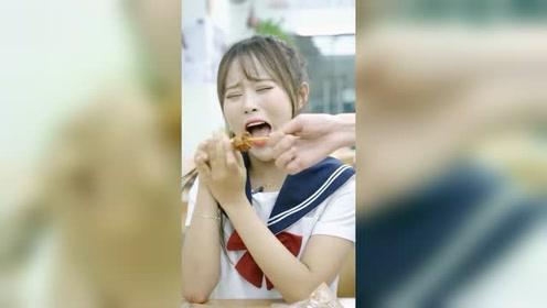 女孩做梦都想不到,自己买个烤串,竟全被店员吃完了!