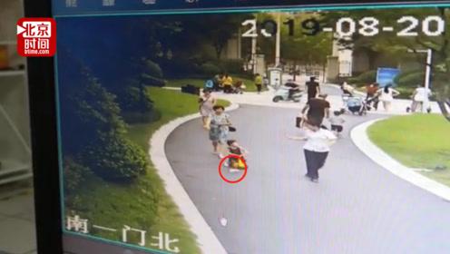 高空坠下牛奶瓶砸伤两岁女童 找不到肇事者母亲欲起诉整栋楼