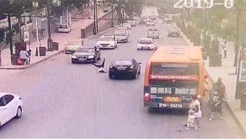 小伙下了公交猛跑被撞飞 直插对向小车车底险遭碾压