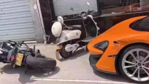 """小伙刚学会摩托车,一上路来个""""神""""操作,就怼上了272万超跑"""
