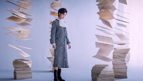 """李宇春尝试""""斩男妆"""" 脚踩15cm高跟鞋贵气逼人"""