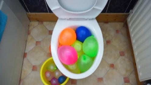 小伙作死把马桶中装满水气球,按下冲水键后,场面瞬间失控!