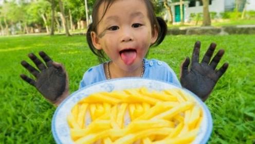 小萌娃满手泥巴非要吃薯条,妈妈及时制止她:吃东西前一定要洗手