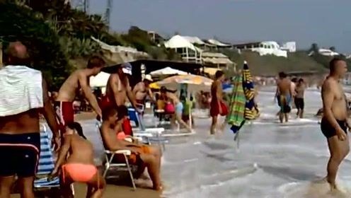 这么巨大的海浪,一下把人卷起几米高