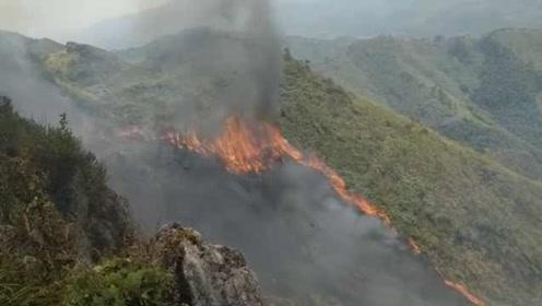 火线蔓延2公里!上坟引燃65亩森林威胁村庄,直升机洒水灭火