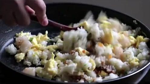 韩国农村美食:虾仁鸡蛋炒饭,放入胡萝卜丁点缀,看着就有食欲