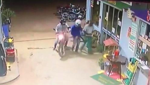 劫匪持枪抢加油站反遭店员夺枪击毙 同伙疯狂逃命