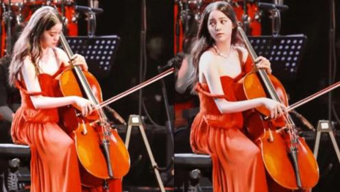 欧阳娜娜音乐会上肩带意外滑落 楚楚可怜的模样真美