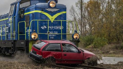 老外开买菜车跟火车对飚,还作死抢道,结果一点都不意外!