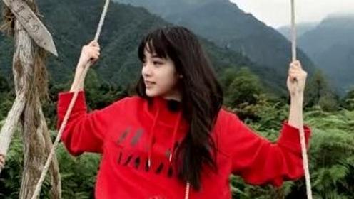 推荐初秋时尚搭配,欧阳娜娜身穿红色卫衣搭格纹裤,齐刘海超减龄