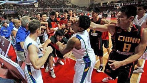 朱芳雨组合拳是真的厉害,苏伟一路追打到球员通道!男篮血性时刻