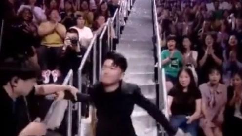 张大大穿高跟下楼梯摔倒 直播前曾晒鞋求安全
